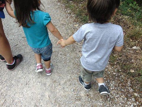 mano nella mano fratelli